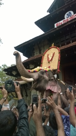 Ramachandran steps out of the temple, carrying the idol and greets the crowd